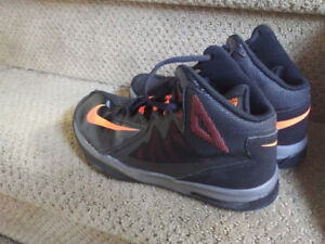 Nike Lacrosse / Basketball Shoes Boys Size 5 - Barely Worn