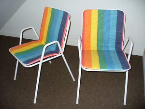 Deux chaises d'extérieur empilables avec 2 coussins