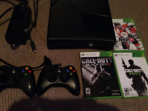 XBOX 360 SLIM 4GB 2 controllers 3 games Rechargeable batteries