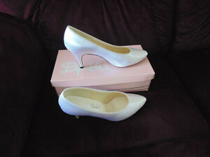 Ladies Classic Dyeables Wedding Shoes/pumps.  As new.