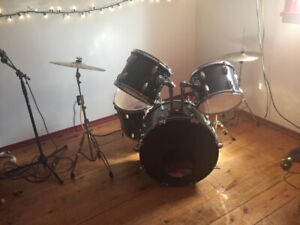 Pearl drum set / Alberez guitar