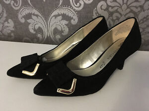 Anne Klein iflex black and gold bow heels $35 size 6