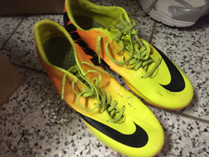 Men's shoes boots soccer cleats Nike size 9.5 runners sneakers