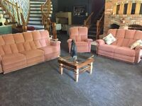 ****GORGEOUS 4-PIECE COUCH SET****