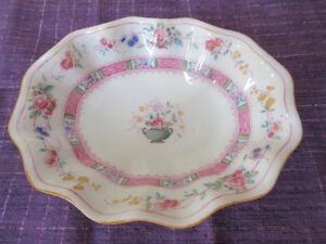 Very dainty Royal Doulton Dish - 5 x 4 inches.