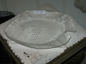 ..AN .ATTRACTIVE LITTLE CLEAR GLASS SERVING DISH..FISH-DESIGN