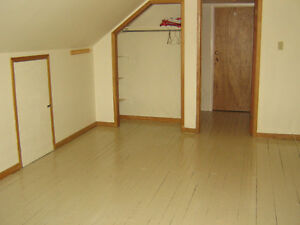 ROOM AVAIL. NOW TO APR. 30 IN 5 BDRM FLAT - EDWARD ST, NEAR DAL