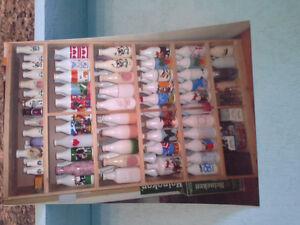 Collection de bocaux à lait blanc avec dessins.