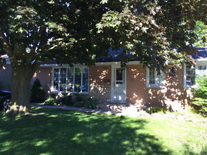 2 Bedroom Bungalow with Large Deck and Hot Tub