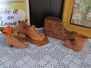 Collection de souliers sculptés en bois