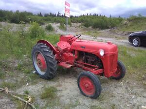 Tracteur Ford à vendre.