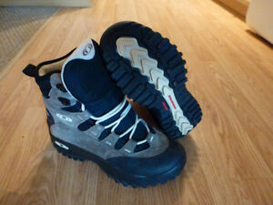 like new salomon hiking boots, leather, clima dry, contragrip