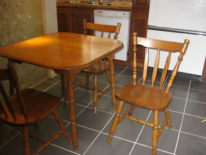 Bel ensemble de cuisine: table, chaises et rallonge en MERISIER