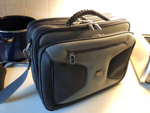 Laptop Computer Case easily fits a 17 inch laptop excellent cond