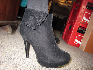 Ladies Size 7 DELICASY High Heeled Boots With 5 Inch Heel