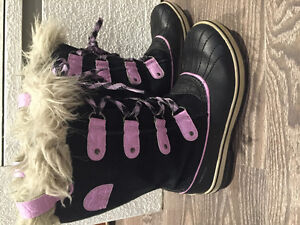 GIRL'S BOGS AND SOREL BOOTS SIZE 5 (37-38) USED