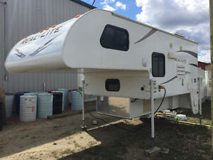 TRUCK CAMPER - 2012 PALOMINO REAL LITE 1812 (FOREST RIVER)