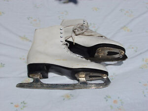 CCM COMPETITOR FIGURE SKATES   SIZE 9  USED