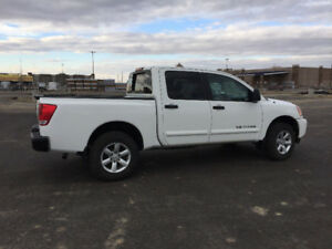 Very clean low miles 2014 Nissan Titan SV 4x4 pickup truck