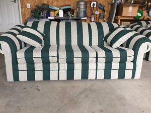 MATCHING COUCH AND LOVESEAT & 4 THROW PILLOWS