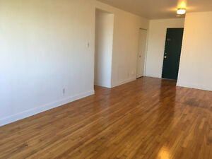 4 1/2 DORVAL  *** LOCATION A-1***Clean and Bright- Propre et Lu