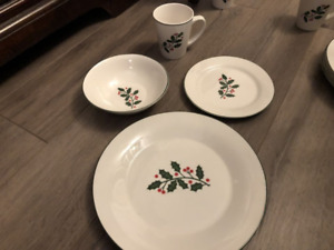 4 Place Setting of Holly Christmas Plates
