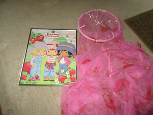 strawberry shortcake bed net and picture Kitchener / Waterloo Kitchener Area image 1