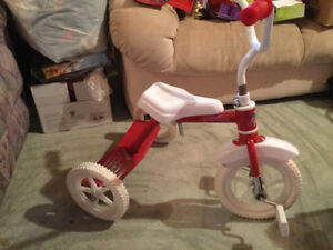 Tricycle rouge et blanc