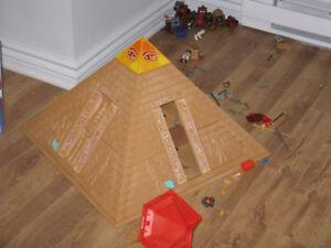 lot de playmobil, pyramide,  maison pere noel arene de lions