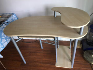 Selling a computer desk with good condition