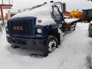 Camion GMC Topkick avec plateforme remorqueuse