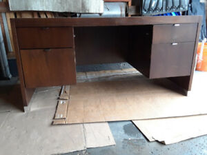 USED OFFICE DESK SOLID WOOD MADE IN CANADA BY DESIGNCASE INTERNA