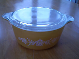 VINTAGE PYREX CASSEROLE DISH 2 1/2 QUART  BUTTERFLY GOLD Windsor Region Ontario image 1
