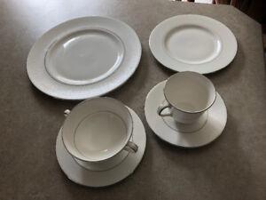 Set de vaisselle en fine porcelaine anglaise