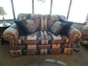 TRADITIONAL FLORAL LOVESEAT