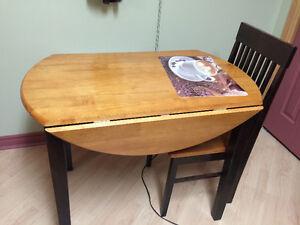 table à 2 battants et 2 chaises 125$ et meuble sur roulette 135$