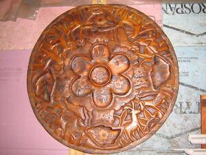 Dessus de Table sculpte en bois a deux cotes