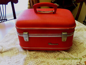 petite valise rouge Parisienne vintage red carry on luggage