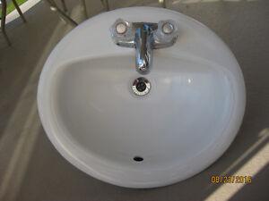 Lavabo avec robinet Moen, comme neuf