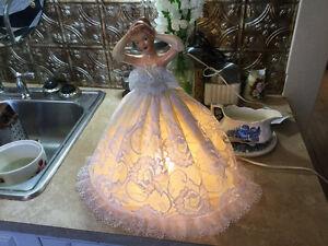 PRICE REDUCED! Vintage ceramic lady boudoir lamp
