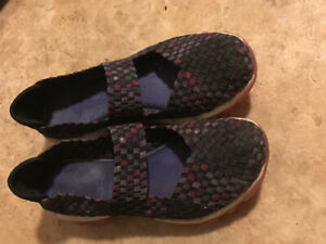 Size 3 youth SKETCHERS- slip on shoe. Good shape. Pu Dieppe.