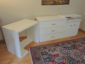 Très belle commode en bois- 40$ / Bureau Ikea -10$ / Table basse