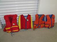 Trois Gilets de sauvetage