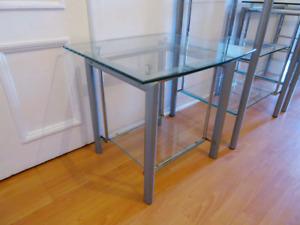 Petite table en verre avec étagère