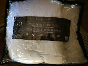 Two feather soft pillows / deux oreillers moelleux
