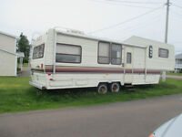 35 feet fifth wheel trailer in good condition!