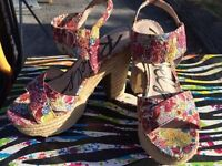 Almost new, size 7, The shoe company, beautiful flower