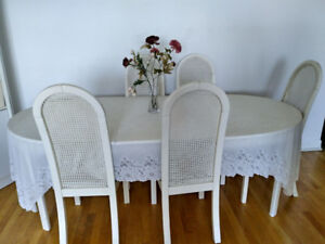 Dining Table with 6 chairs - Table à manger avec 6 chaises