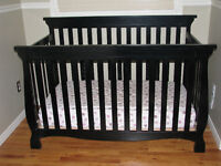Very nice crib and changing table with drawers set!!