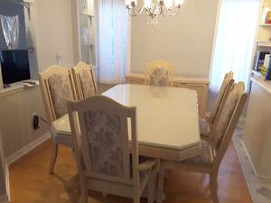 Table de salle à manger, chaises, bahut et vaisselier